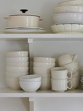 SAMLET SETT: Hvit keramikk er samlet gjennom flere år. Ulike nyanser og overflater skaper mangfold selv om grunnfargen er lik.