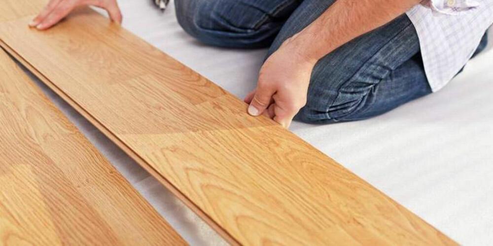 SKADER PARKETTEN: Tørr inneluft kan skade både parkett og møbler i huset ditt.