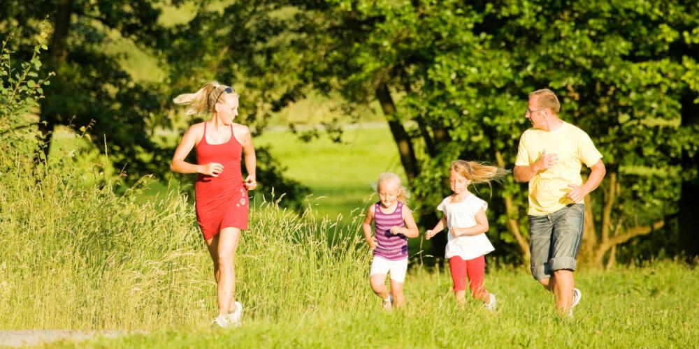 TRENING FOR HELE FAMILIEN: Selv om dere er som småbarnsforeldre er jevnlig trening viktig, både for deg og barna. ILLUSTRASJONSFOTO: Colourbox
