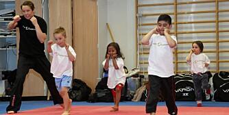 RØDT LYS: Instruktør Julie Oterholt leker kickboksingvarianten av den kjente barneleken en-to-tre-rødt lys sammen med barna.
