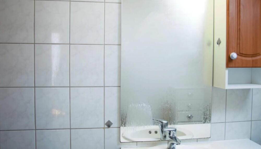 TEGN PÅ FUKT: Kondens på vinduer, speil og flater kan være tegn på fukt, men det er lite vits i å måle fuktighet på badet rett etter at du har tatt en dusj. Vent fire-fem dager og bruk fuktindikatoren riktig.
