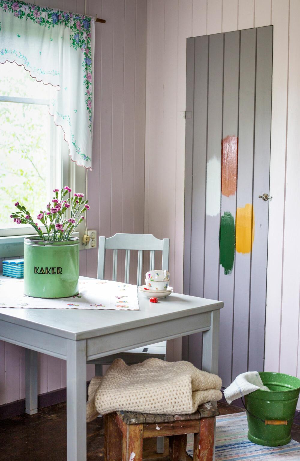 MALINGSTEST: Vi har malt forskjellige prøvestrøk med linoljefarger fra Engwall O. Claesson: engelsk rød, vagnsgrønn og okergul, før vi skal bestemme oss for hvilken farge det plassbygde skapet skal få. Der de selger linoljemaling kan de hjelpe deg med hvilke farger som er tidstypisk riktige for ditt hus.