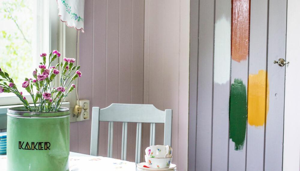 TESTET UT: Vi har prøvd ut maling og tapeter inne på husmannsplassen Myra som hører til Hanne Aamodt og Tor-Egil Holmsens gård i Rakkestad. Her har det sikkert vært brukt linolje i sin tid. (FOTO: Lise M Stang-Jacobsen/@Hverdagslykkelise)