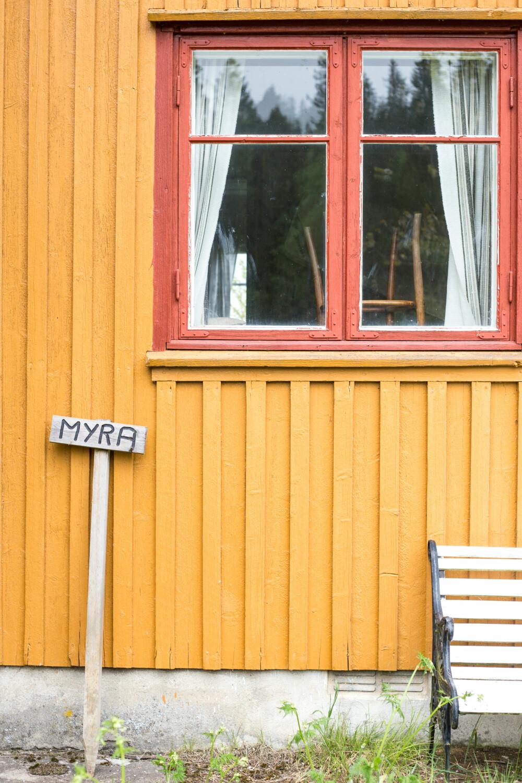 LINOLJE: Denne veggen er sannsynligvis malt med linolje, derfor passer det best å fortsette med det. (FOTO: Lise M Stang-Jacobsen/@Hverdagslykkelise)