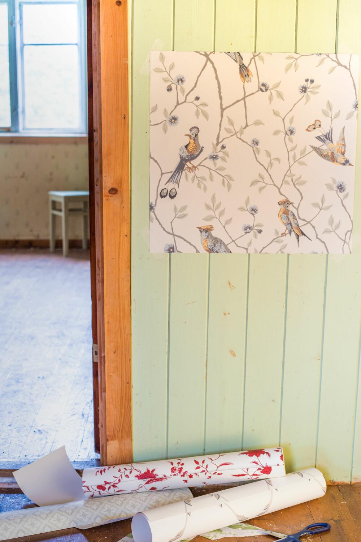TAPETVARIANT: Om du ikke velger å male panelveggene, så er det også muligheter for tapet. Men da er det best å ta ned panelet først og sette opp gipsplater. (FOTO: Lise M Stang-Jacobsen/@Hverdagslykkelise)