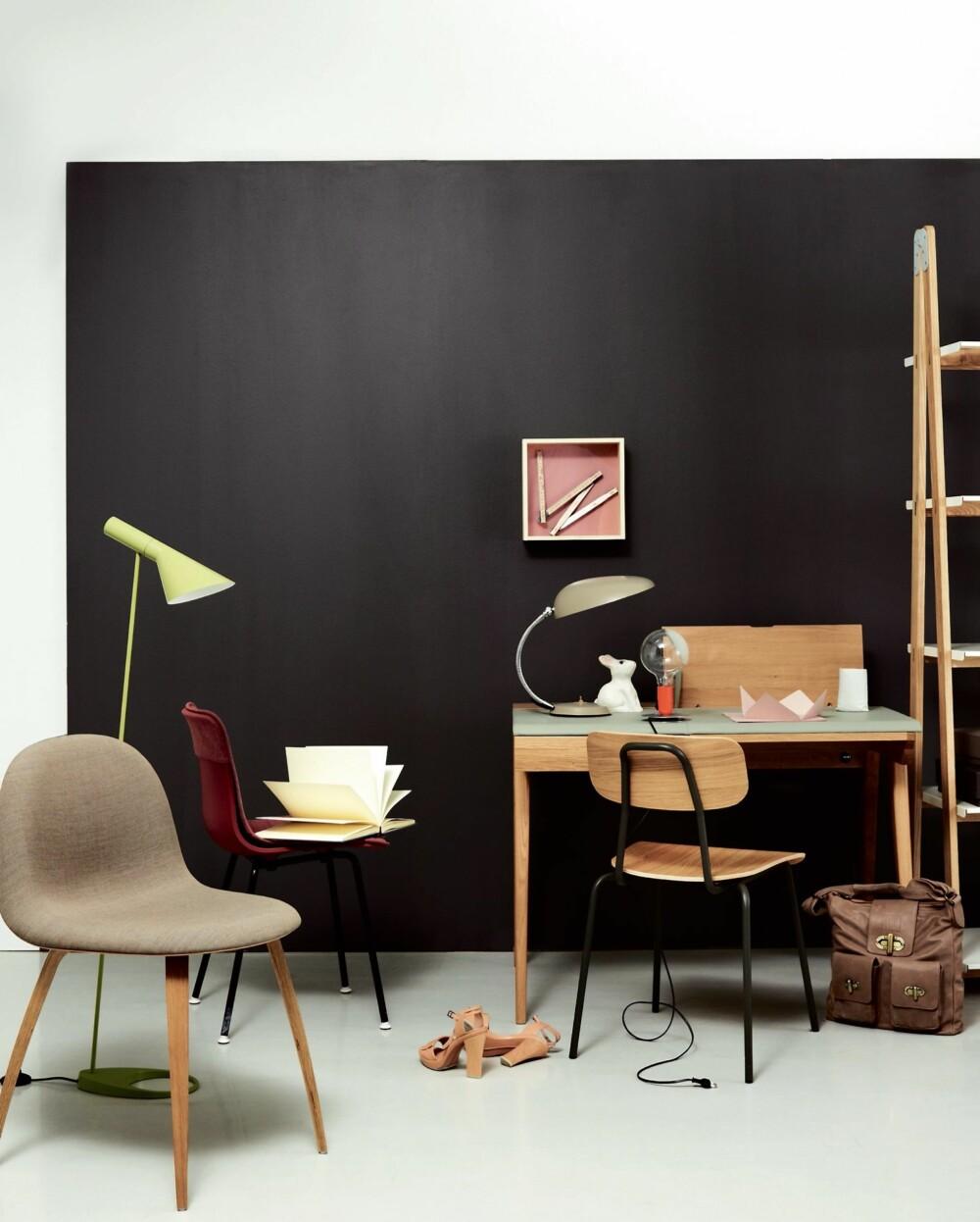 MØRKE FLATER. Skrivebordet Bekket er plassert i et interiør med mørke vegger, myket opp med pastellinslag.