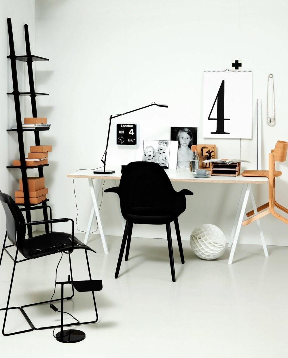NATUR, TRE OG SVART. Skrivebordet Loop består av en plate pluss to bukker. Svart og hvitt er fint sammen med tremøbler.