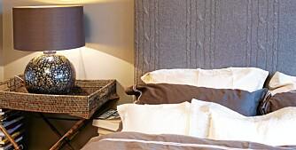 KURVBTRETT. En bambuskrakk med en kurv på fungerer utmerket som nattbord. Samtidig får du et nattbord få har maken til.
