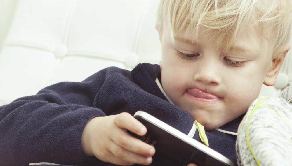 TEKNOLOGIGENERASJONEN: Norske barn får sin første mobil når de er åtte år gamle, og 1 av 3 barn mellom 5 og 8 år har nettbrett. Johan (4) har ikke egen mobil, men låner gjerne av mamma eller storebror.