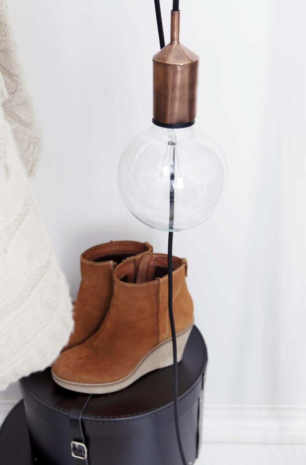 Hatteesker kan også oppbevare sko, klær eller hageutstyr du ikke bruker hele tiden. Skoene er stylistens.