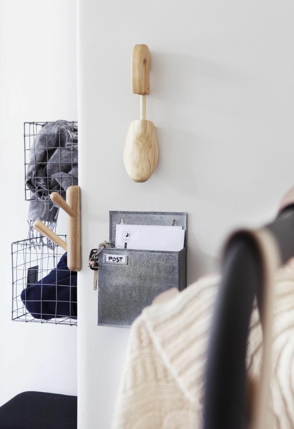 Trådkurver til å henge på veggen er perfekte til luer, votter og sokker, kr 130 pr. stk., Granit. En liten treknagg i barnehøyde, kr 79, og skoform i tre, kr 299, begge fra Habitat. Postkasse i sink til posten du tar inn, kr 79, Granit.