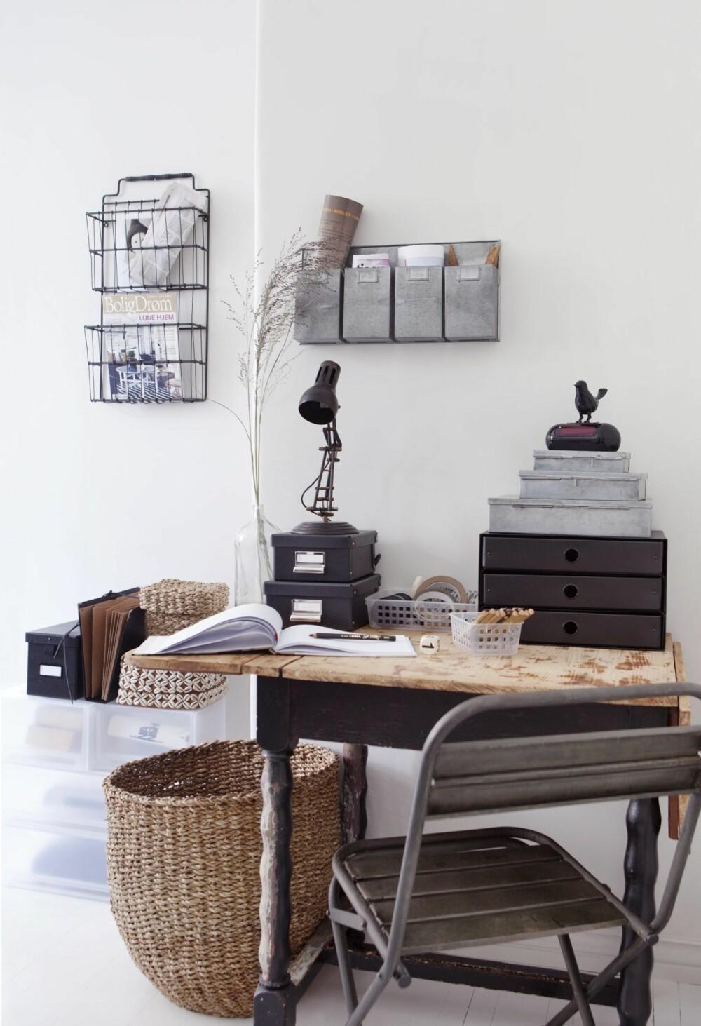 Et ryddig kontor gir et ryddig sinn, og plass til kreative tanker. Svart trådhylle på veggen, kr 250, Country Chic, posthylle i sink på veggen, kr 300, og stor kurv på gulvet, kr 300, begge fra Granit. På bordet fra venstre: bokser, 15 x 20 x 12 cm, kr 120 pr. stk., Granit, lampe i metall, 35 cm høy, kr 500, Country chic. Plastkurver, 14 x 11 cm, kr 30, og 16 x 20 cm, kr 40, begge fra Granit. Klokke med fugl, 18 cm høy, kr 300, Habitat. Boks med 3 skuffer, 35 x 25 x 21 cm, kr 150, sett med sinkbokser, den største måler 30 x 22 x 12 cm, kr 200 for 3, og stol i metall, kr 500, alt fra Granit.