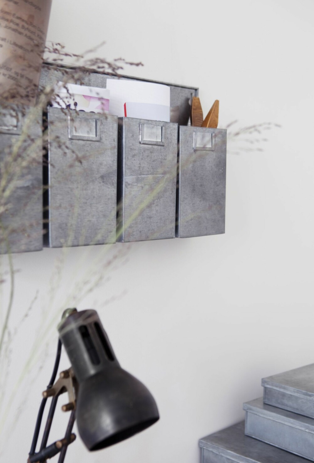 Posthyllen i sink, kr 300, Granit, er praktisk til sortering og har god plass samtidig.