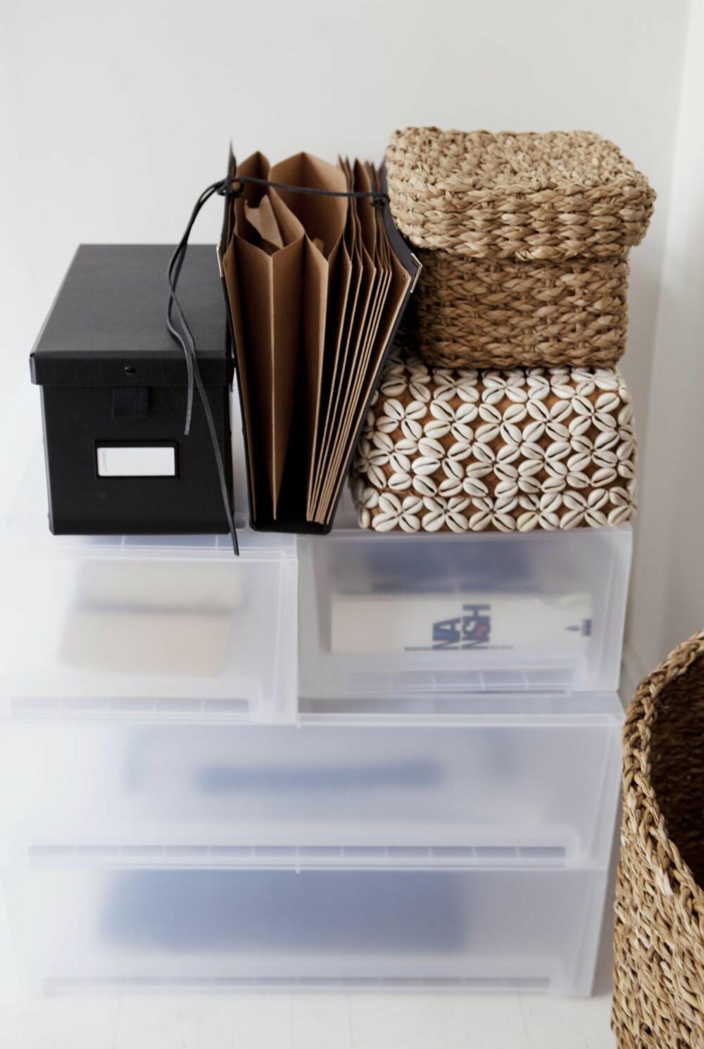Kupol uttrekksoppbevaring i plast, kr 423 for sett med 4, Ikea, cd-boks, kr 100 og arkivmappe, kr 180, begge fra Granit. Skjellkurv, kr 200, Milla Boutique, og bastkurv, kr 90, Granit.