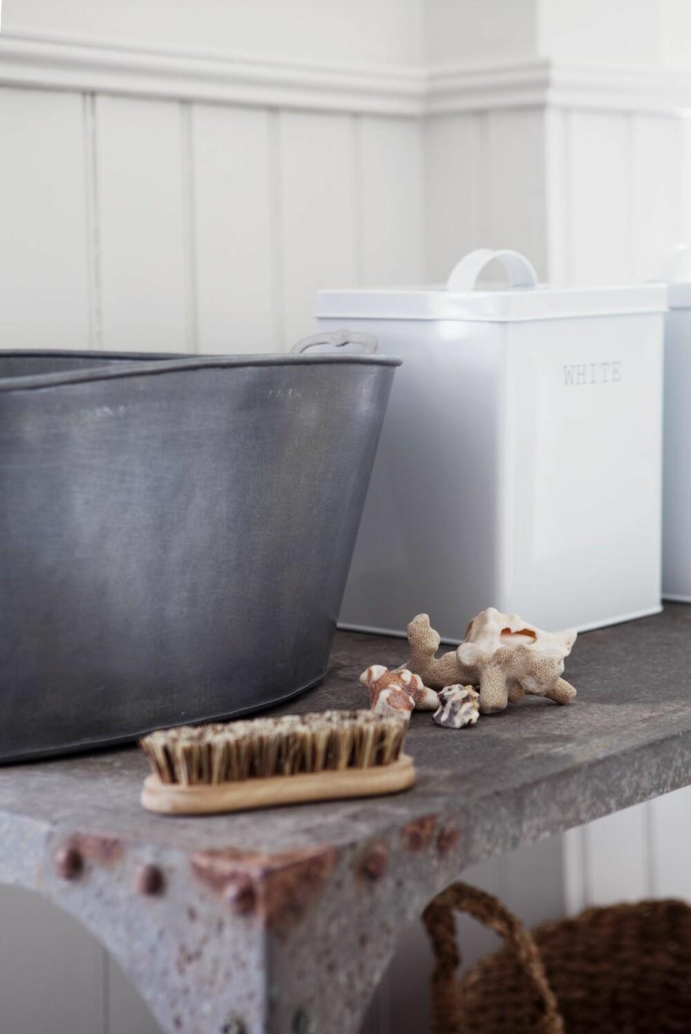 Naturkost, kr 99, balje i sink, kr 400, og vaskepulverboks, kr 180, alt fra Bolina.
