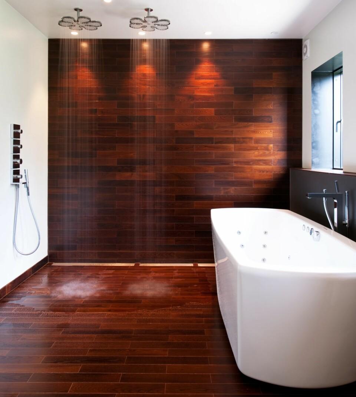 VÅTROMSPARKETT PÅ GULV OG DUSJVEGG: Parketten heter Termoask badegulv, og er varmebehandlet for å tåle det fuktige miljøet. Gulvet er levert av Moelven. Badekaret er fra Westerbergs, og armaturene fra Hansgrohe.