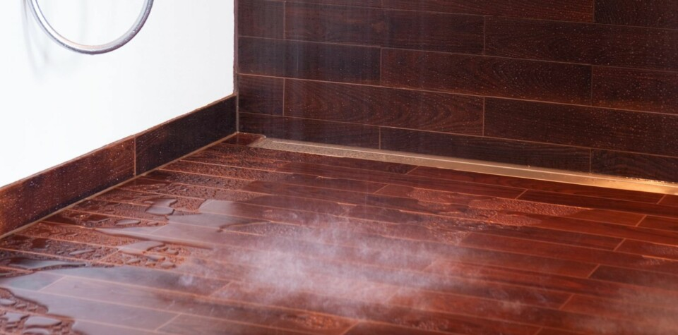 GULVBELEGG: Parketten på badet er varme- og dampbehandlet for å kunne brukes på våtrom.