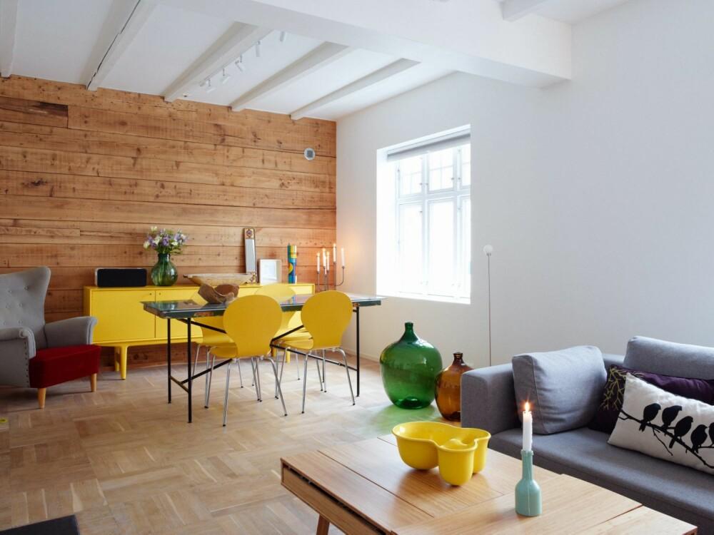 GULT ER KULT: Gult går igjen som elementer i hele interiøret.