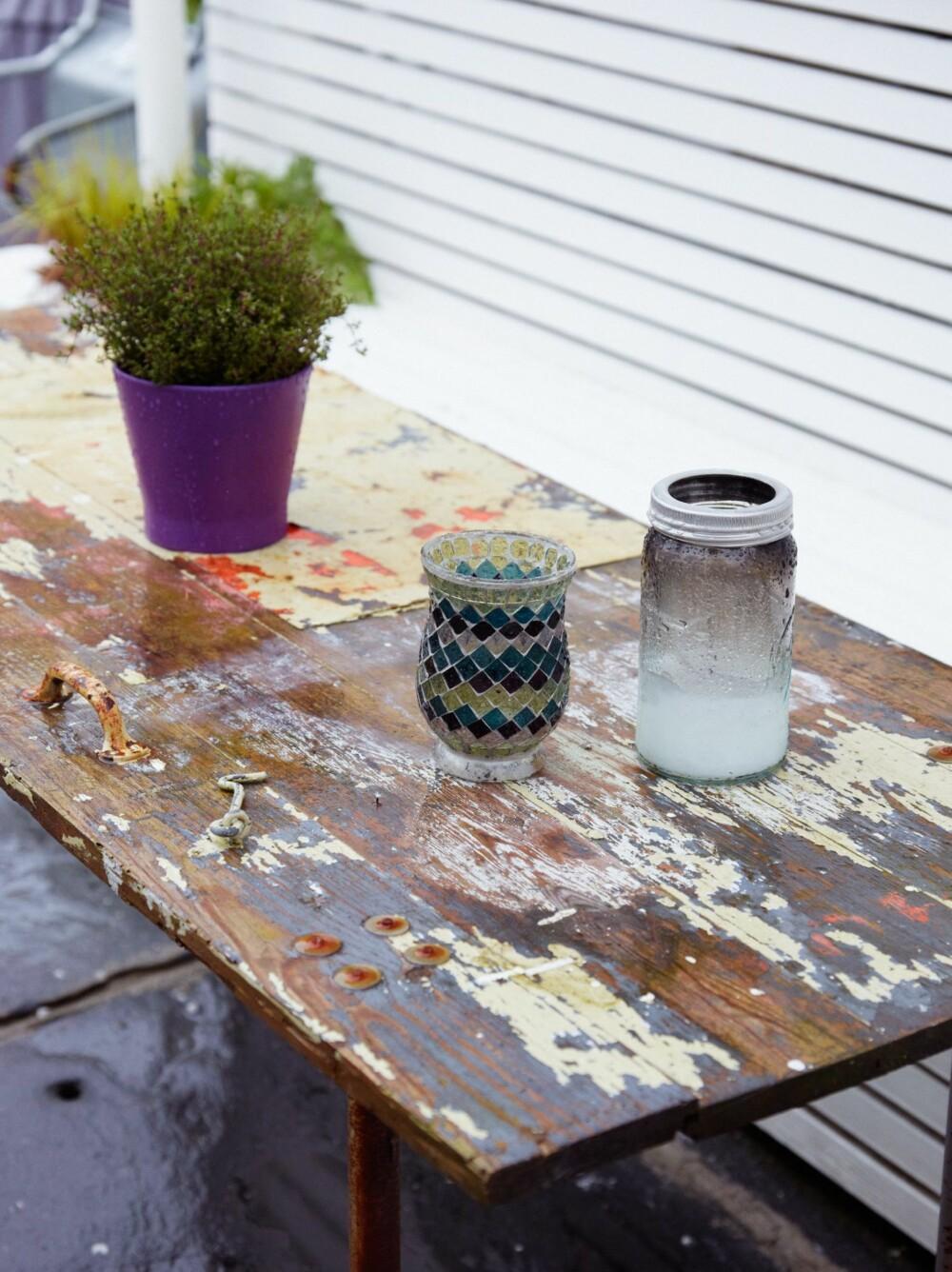 KJELLERDØR BLE HAGEBORD: På vei hjem fra fest, fant ekteparet en gammel dør på en byggeplass. Den ble til hagebord.