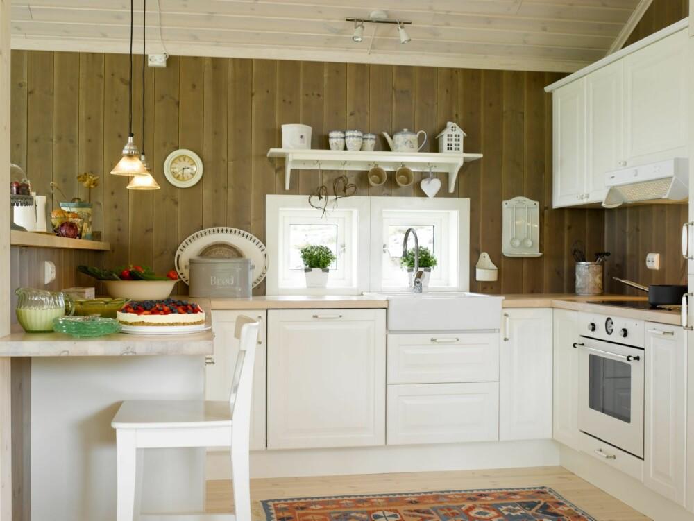 LUN HARMONI: På denne hytta er veggene beiset i en varm drivvedfarge. Listverk, kjøkken og detaljer er behandlet i en gulaktig hvittone, Egghvit, som harmonerer godt med de lune veggene.