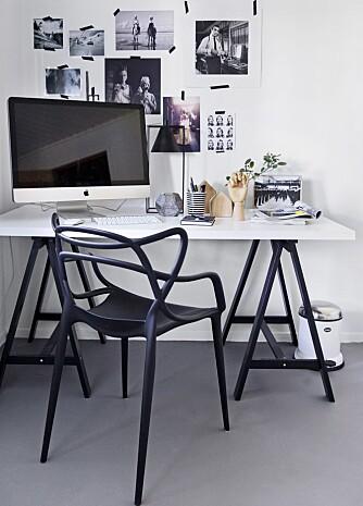 KONTORTID: Også kontoret er holdt i svart og hvitt. Pulten er fra Ikea og stolen fra Kartell. Over pulten er det en samling familiebilder i svart-hvitt, det er helt i tråd med resten av interiøret.