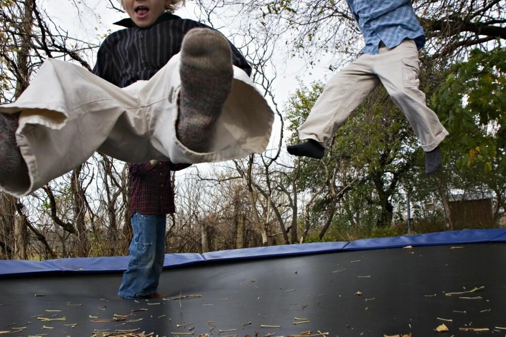 TRAMPOLINE: Støy fra hopping på trampoline er årsak til mange nabokonflikter.