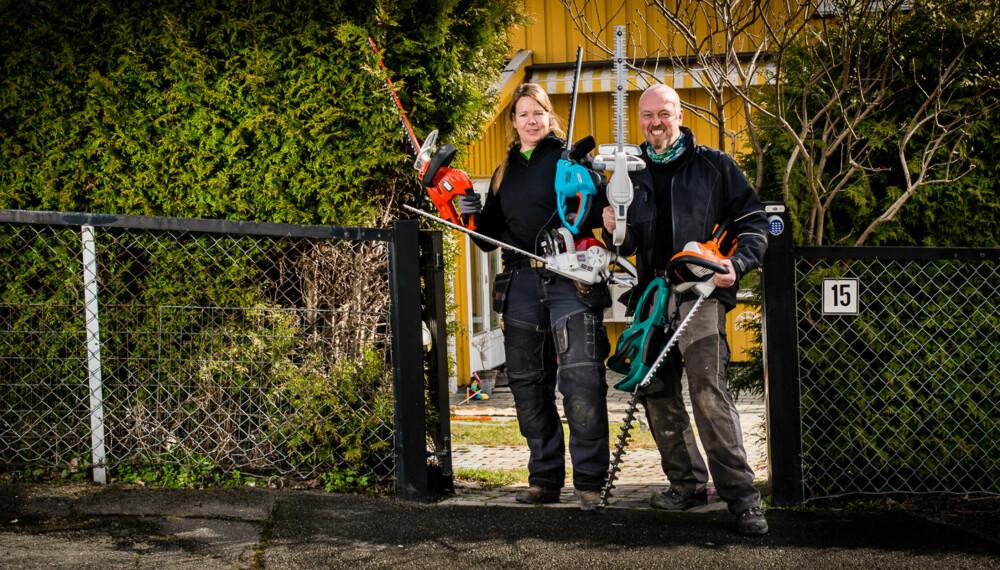 KLIPPE-KLARE: Gartnerne Kjersti Bergerud og Dagfinn Ødegård var testpanel da vi testet ut hvordan disse 6 elektriske hekksaksene taklet en tujahekk.