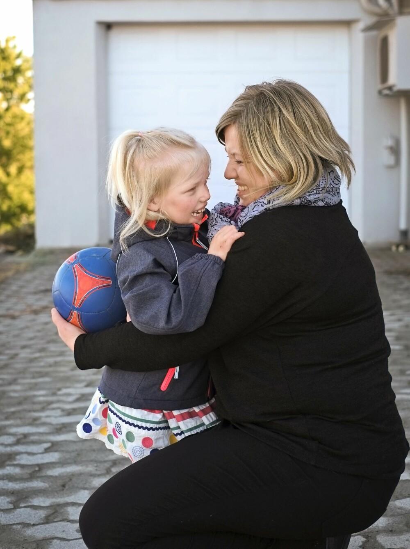 MYE KJÆRLIGHET: Mor og datter kommuniserer bra, også uten ord.