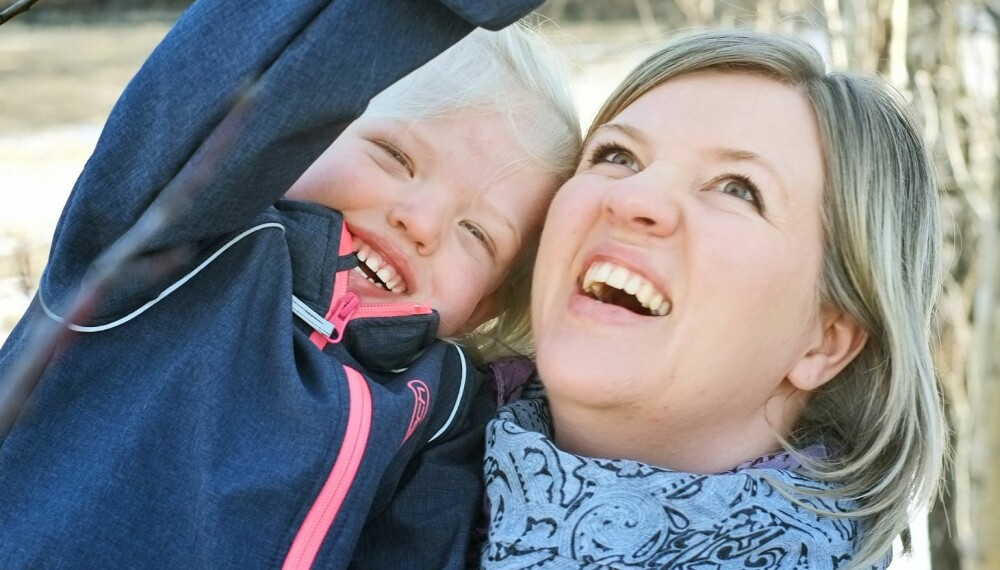 IKKE NOE SPRÅK: Tre år gamle Carmen kommuniserer ikke verbalt, men viser følelser på andre måter sammen med mamma Rannveig Ølstørn.