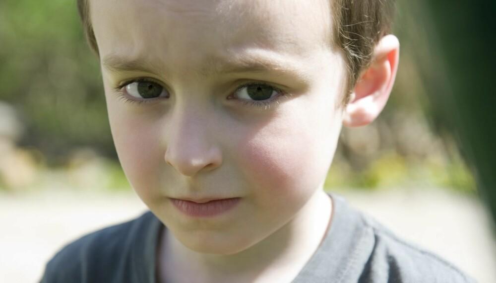 TRIST OG VONDT: Barn som blir mobbet, sliter ofte med hodepine, magevondt, rygg- og nakkesmerter. Det kan være verdt å undersøke nærmere hvorfor barnet ditt har fått disse plagene.