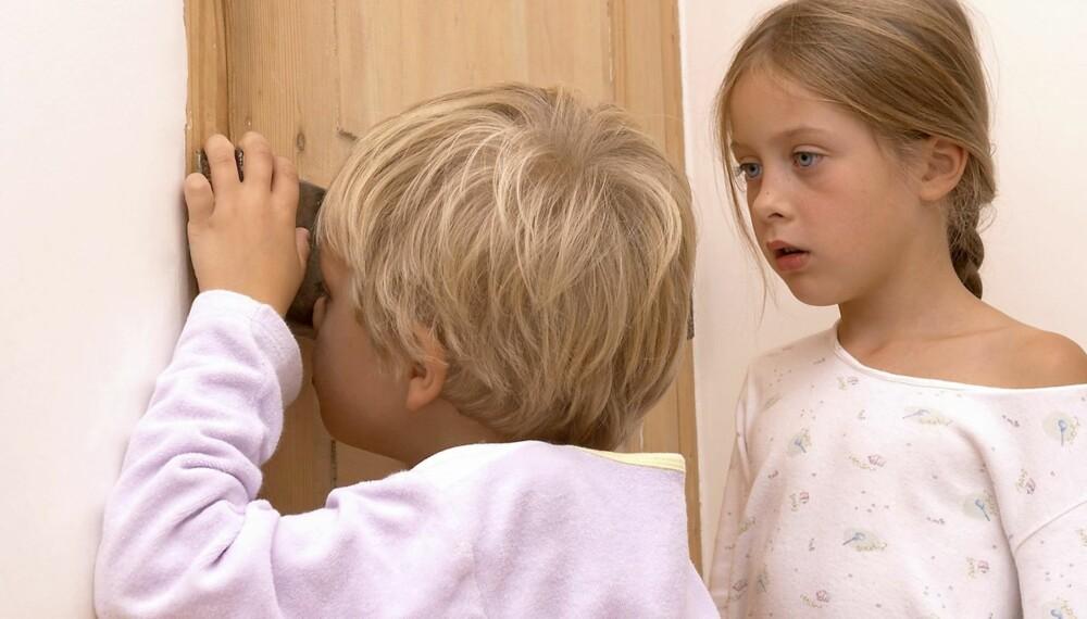 TATT PÅ FERSKEN: Det kan være pinlig dersom barna dine kommer inn på soverommet under en hyrdestund, men barnepsykolog oppfordrer foreldre til å snakke med barnet umiddelbart.