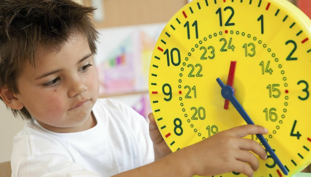 GJØR DET MORSOMT: Et godt tips er å gjøre det gøy for barnet å lære klokken.