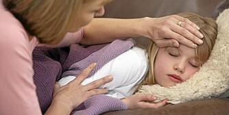 PASSER PÅ: Mødrene blir hjemme med sykt barn til tross for at fedrene har mer fleksible jobber og lettere kan ta fri.