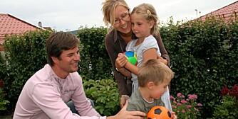 SOM OFTEST VENNER: Foreldrene Hilde Angell Eid og Jan Petter Eid opplever at barna Martine (6) og Herman (4) krangler mer i ferien enn ellers. De forsøker å overse kranglingen, eller la barna ordne opp selv.