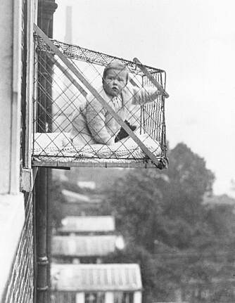 FORTIDENS LEKEGRIND: I 1934 fikk mødrene fri for barn i beina med et bur montert på utsiden av leiligheten.