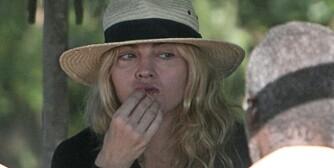 USIKKER: Det er slett ingen selvfølgelighet at Madonna drar hjem fra Malawi med lille Mercy.