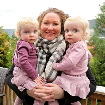 STOR OVERRASKELSE: Da Ingvild Drange Tronhus og mannen bestemte seg for å få et tredje barn var overraskelsen stor da hun skulle få tvillinger. Ulrikke (t.v.) og Henriette er nå ett år gamle.