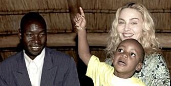INGEN NY SØSTER: David Banda fikk møte sin biologiske far, Yohane Banda, mandag. Madonna besøkte Malawi for å hente en søster til David, mn adopsjonen gikk fredag i vasken.