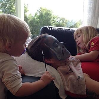 ANSIKTSMALING: Mia og Ronja er i dyp konsentrasjon om å pynte mamma Cecilie.