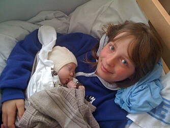 SNART HJEM: Siste helgen på Stavanger universitetssykehus. Lucas har fått besøk av en stolt storesøster Thea.