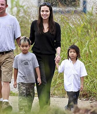 DEDIKERT: Både Angelina Jolie og Brad Pitt ønsker å være mest mulig til stede under barna oppvekst. Her er mamma Angelina med skolebarna Maddox og Pax.