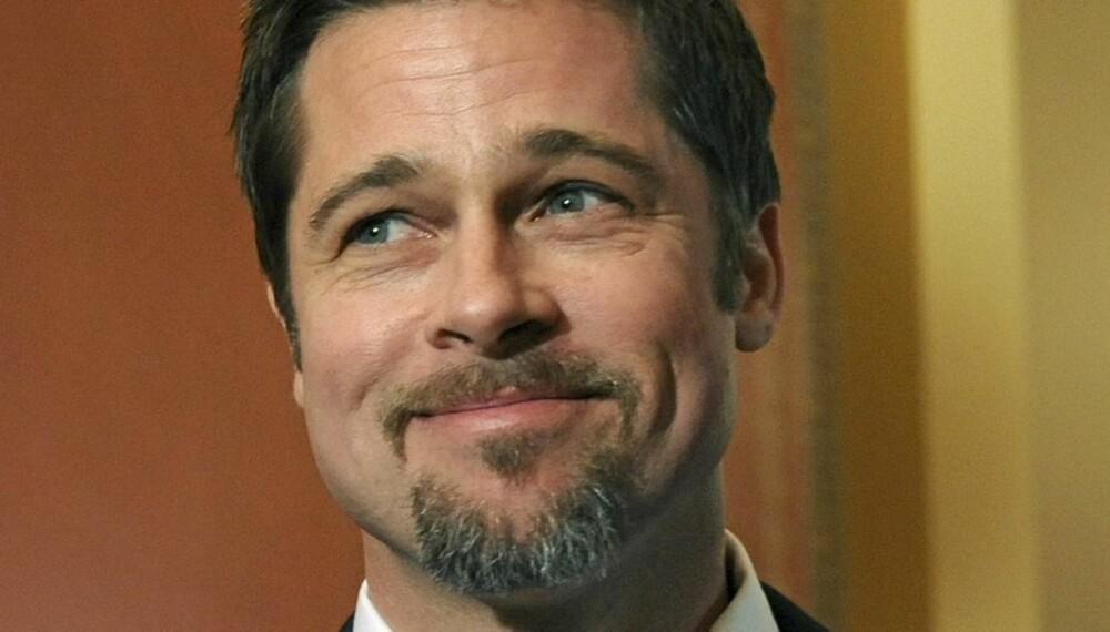 POPULÆR: Brad Pitt leverer sønnene på skolen selv. Det skaper kaos blant de andre mødrene.