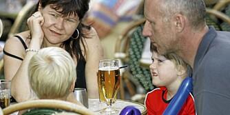 MENER DE TÅLER LITT: Eva Sigurdardottir og John Jensen fra Danmark (og Island) mener det er stor forskjell på hva de to kan drikke med barna Jon (5) (med ryggen til) og Alma (6) i nærheten, uten at det gjør noe. Eva mener hun kan tåle to alkoholenheter, mens John kan tåle fem. Bildet er tatt i forbindelse med en undersøkelse MMI har gjort for Alkokutt.