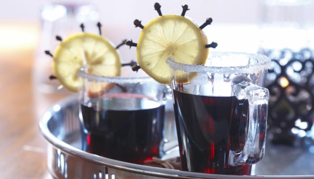 Ekstra festlig gløgg får du ved å stikke nellikspiker inn i skiver av sitron eller appelsin. Sukkerrand på glassene lages ved å dyppe glassene i fruktsaft og deretter sukker før skjenking av gløggen.