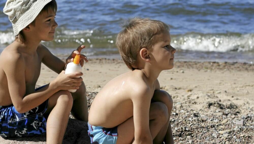 SOLKREM FOR BARN: Å smøre tykt og ofte er viktigere enn solfaktor.