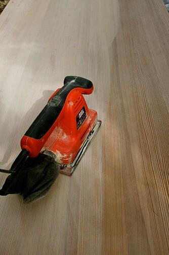 SLIPEJOBBEN: Med en plansliper ble bordplaten slipt ned på rundt én time, først med et grovt papir og så med et finere.