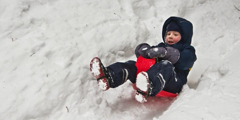SJEKK SMÅ TÆR: Følg med på om barnet blir kaldt. Når barn leker, glemmer de ofte å kjenne etter om de fryser.