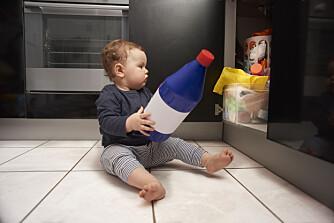 FORGIFTNING HOS BARN: Vet du hva du bør gjøre dersom barnet ditt ved et uhell får i seg giftige legemidler, maskinoppvaskmidler eller parfyme? Foto: Gettyimages.com.
