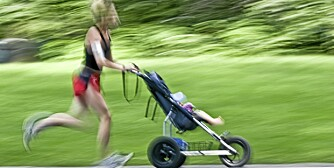 LETT SOM EN LEK: Det er ingen sak å jogge med barnevogn nå til dags.
