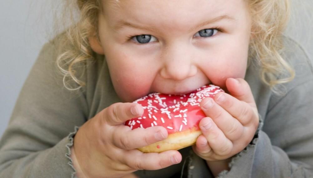 OVERVEKTIGE ENEBARN: Enebarn får oftere mat som belønning, og tv og data på soverommet, mener forskere.